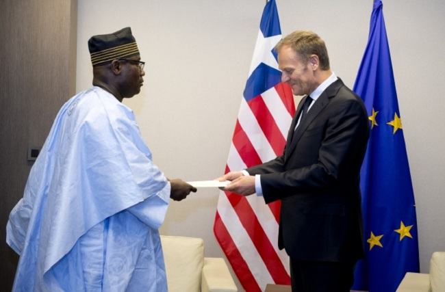 Ambassador Nyenabo (left) presents his papers to Mr. Tusk