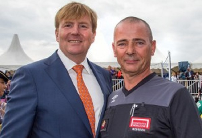 Referee Oudheusden (right) and Dutch King Willem-Alexander at the Homeless World Cup