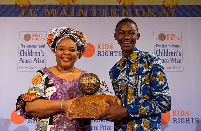 Keita (R) is awarded the International Children's Peace Prize by Nobel Peace laureate Leymah Gbowee in the Ridderzaal (Knight Hall) in the Hague. Photographer: ANP IN OPDRACHT MARCO DE SWART