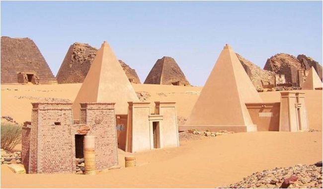 Pyramids in the Sudnese desert photo: sudtourism.com